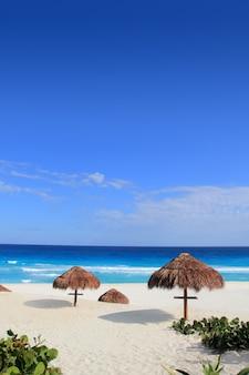 Praia areia mar do caribe turquesa