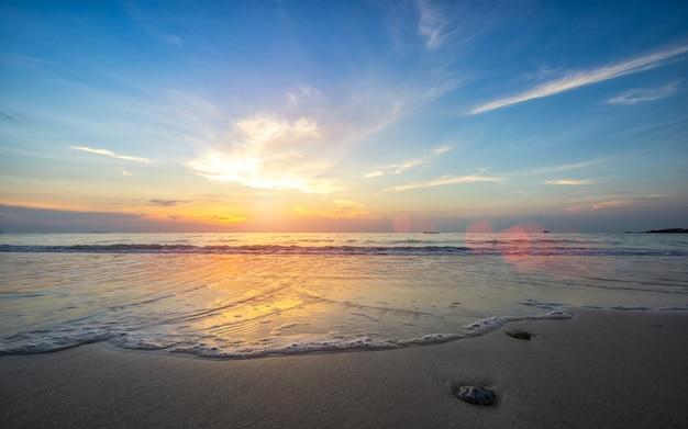 Praia bonita com a onda do mar no sandy beach na ilha de samed em tailândia.