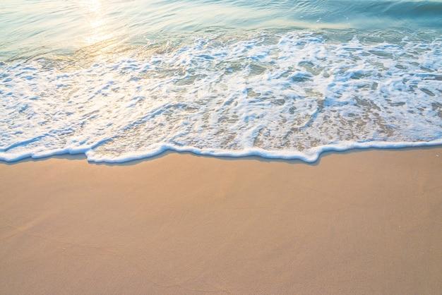 Praia bonita com sol refletido