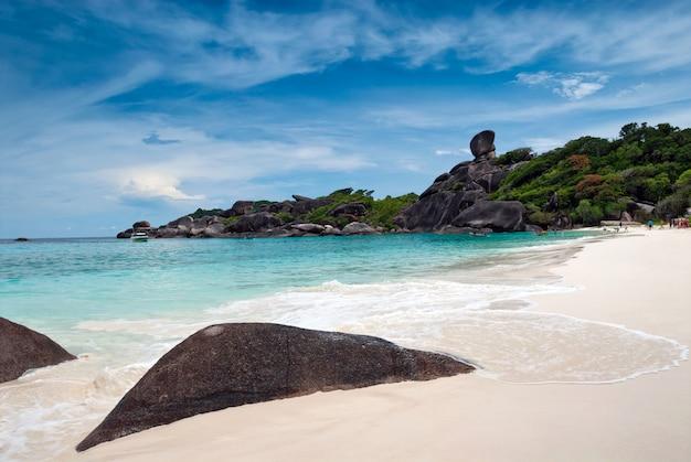 Praia bonita e mar tropical, similan, phang nga, na tailândia.