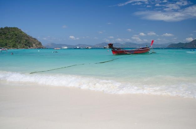 Praia bonita na ilha de coral, phuket