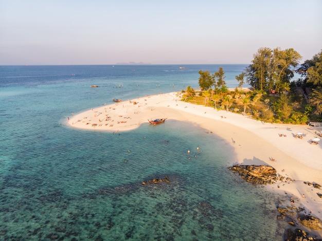 Praia branca com recifes de corais no mar tropical na ilha de lipe