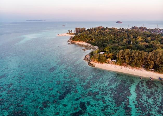 Praia branca com recifes de corais no mar tropical