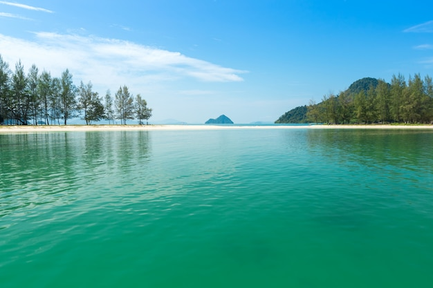Praia branca da areia e barco de cauda longa na ilha de kham-tok (koh-kam-tok), a província bonita de ranong do mar, tailândia.