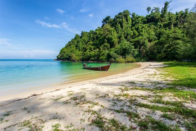 Praia branca da areia na ilha de khang khao (ilha do bastão), província de ranong, tailândia.