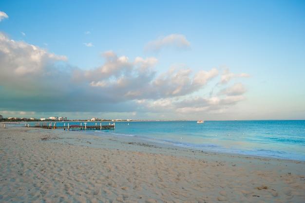Praia branca perfeita com água azul-turquesa