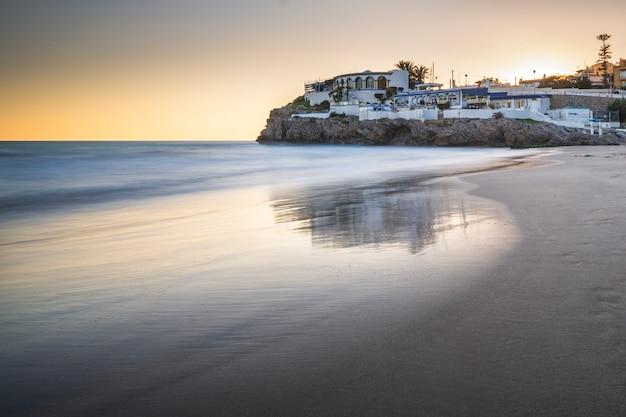 Praia calma ao pôr do sol
