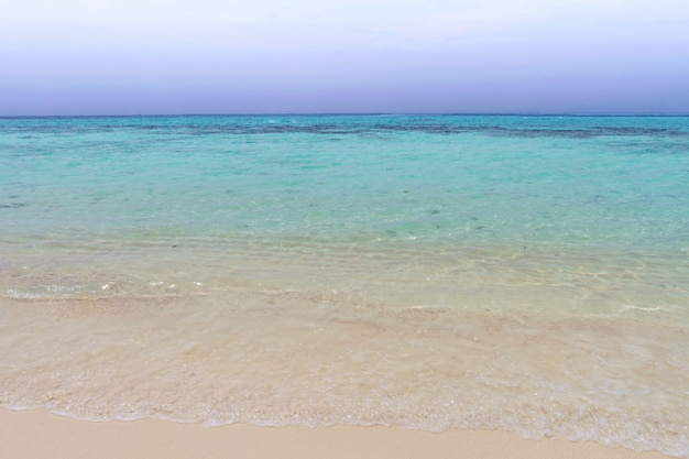 Praia calma e céu azul com o mar azul da onda no koh rok, krabi, tailândia
