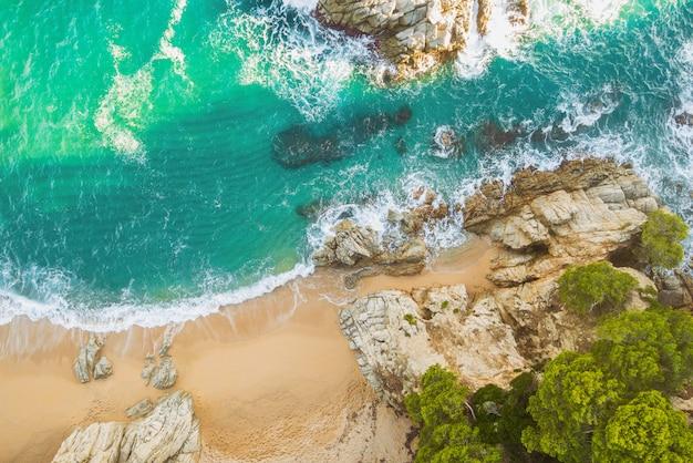 Praia cheia de pedras e ondas na espanha