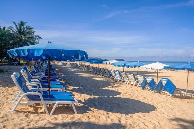 Praia com areia branca e mar azul e céu na temporada de verão