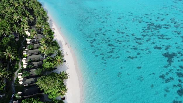 Praia com bangalôs de água nas maldivas. vista do topo