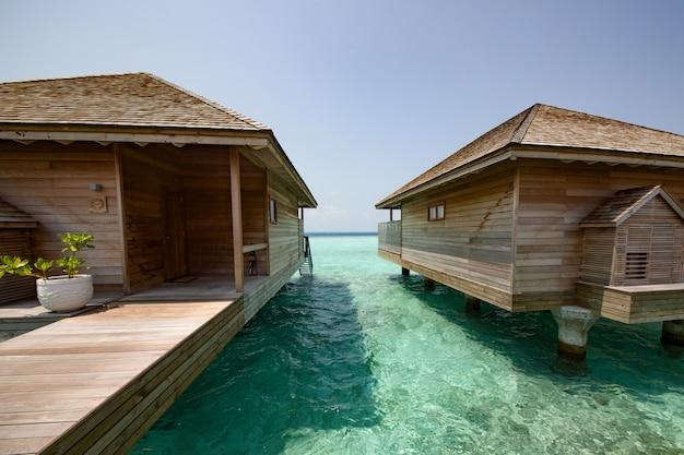 Praia com bangalôs de água nas maldivas