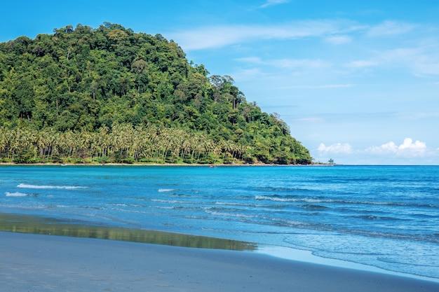 Praia com céu azul.