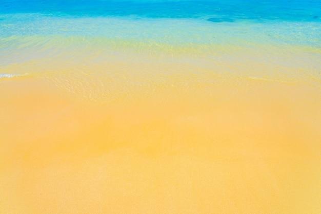 Praia com mar límpido