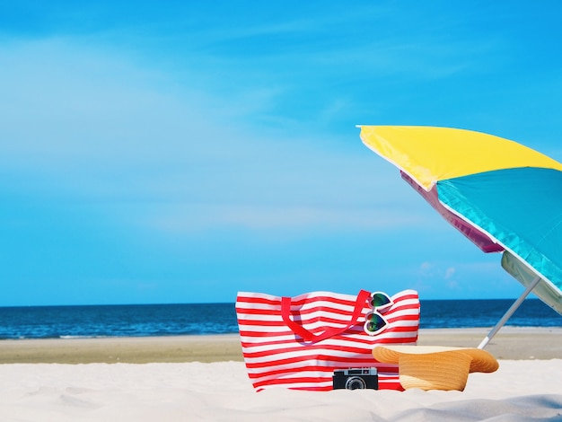 Praia com o guarda-chuva colorido no fundo claro bonito da praia.