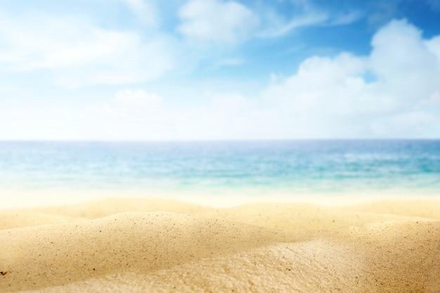 Praia com o oceano azul