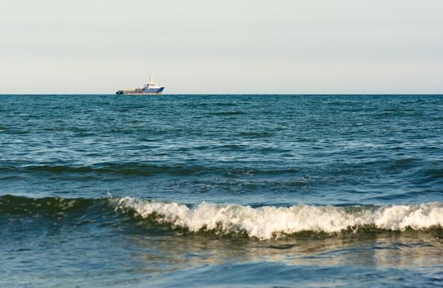 Praia com um lindo mar ondulado, férias de verão