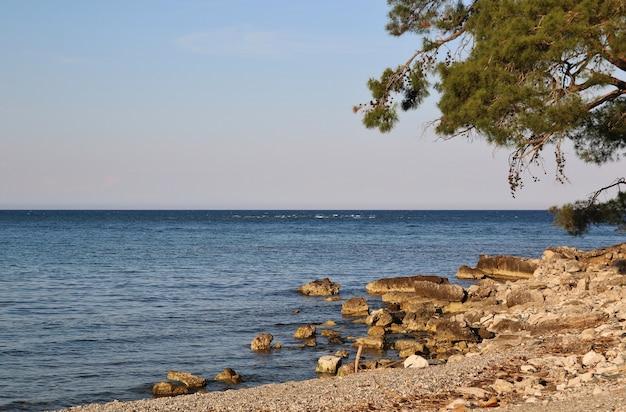 Praia com vista para o mar