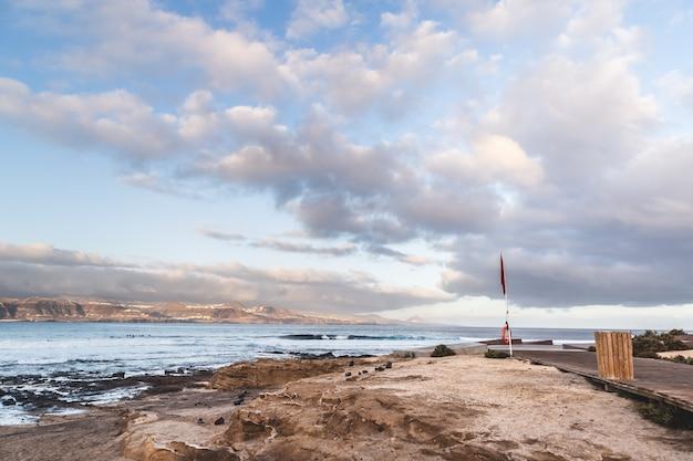 Praia confital do el no nascer do sol em gran canaria, ilhas canárias, espanha. paisagem vulcânica da costa.