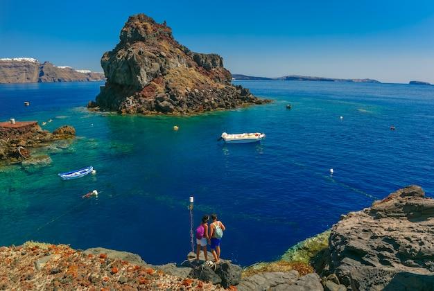Praia da baía de armeni, oia ou ia, santorini, grécia