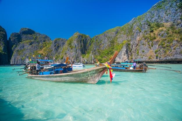 Praia da baía de maya e barcos na tailândia