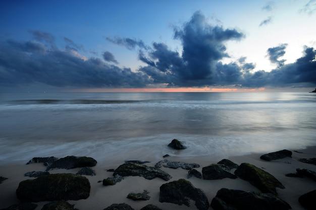 Praia da rocha e mar de manhã antes do amanhecer