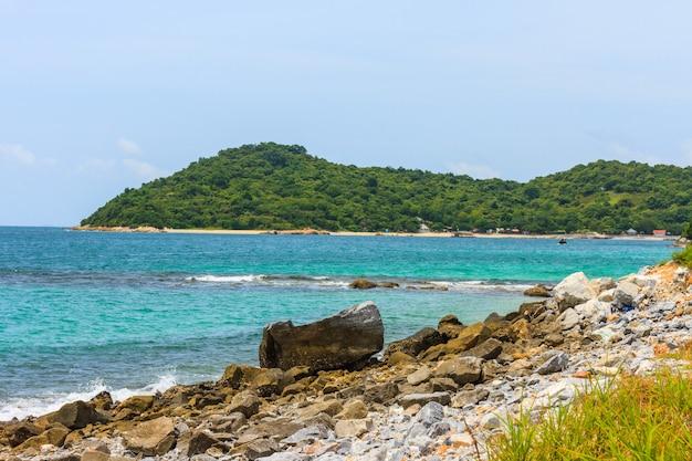Praia da rocha na ilha no golfo da tailândia