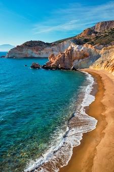 Praia de agios ioannis em sunset milos island, grécia