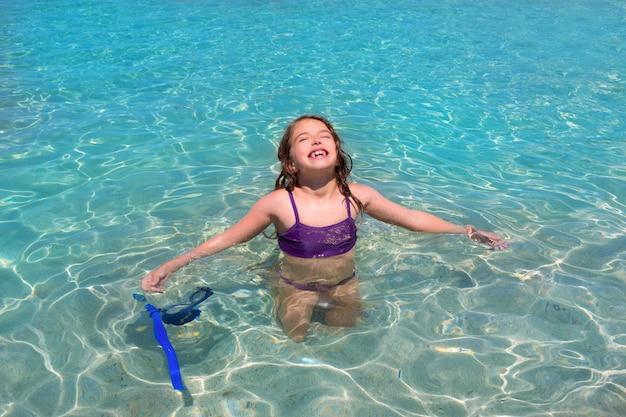 Praia de água aqua e braços abertos biquíni menina