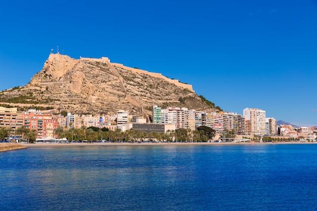 Praia de alicante postiguet e castelo santa barbara na espanha