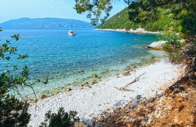 Praia de antisamos. vista para o mar no verão com barco na grécia, cefalônia.