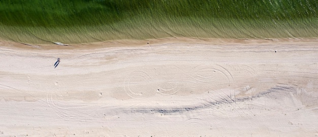 Praia de areia à beira-mar