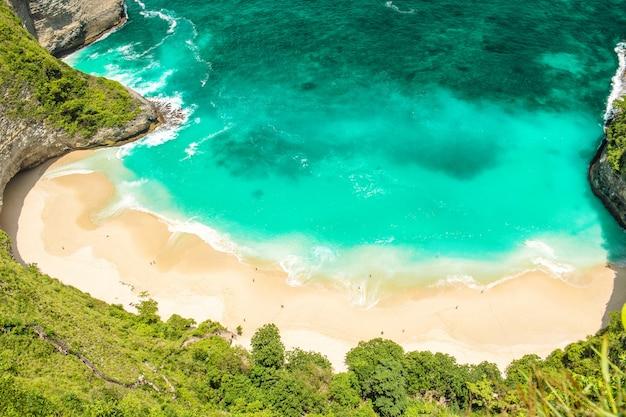 Praia de areia água do mar férias de verão viajam vista superior