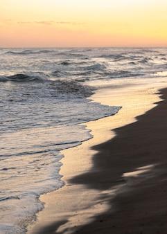 Praia de areia ao lado do oceano pacífico