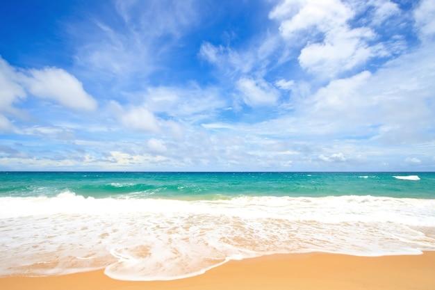 Praia de areia branca com céu ensolarado perfeito em phuket tailândia