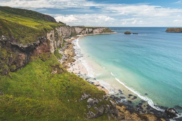 Praia de areia branca da linha costeira da irlanda do norte.