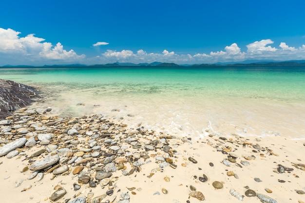 Praia de areia branca e barco de cauda longa na ilha de khang khao