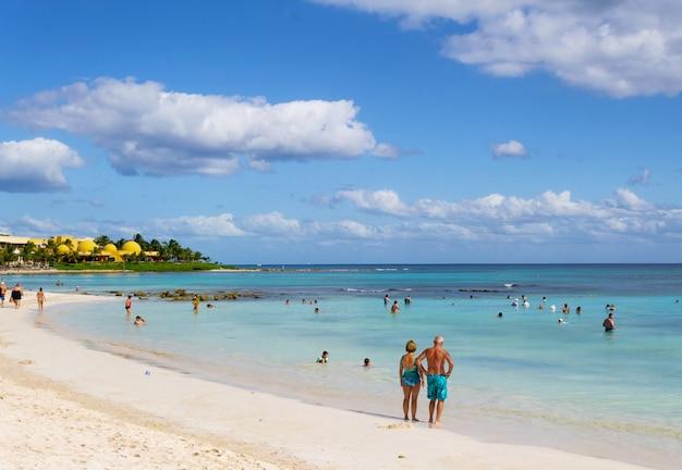 Praia de areia branca e ondas na costa