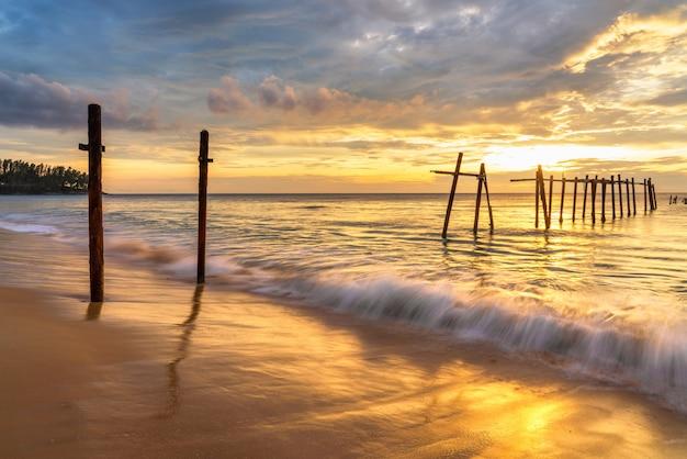 Praia de areia branca em khaolak, phuket, tailândia