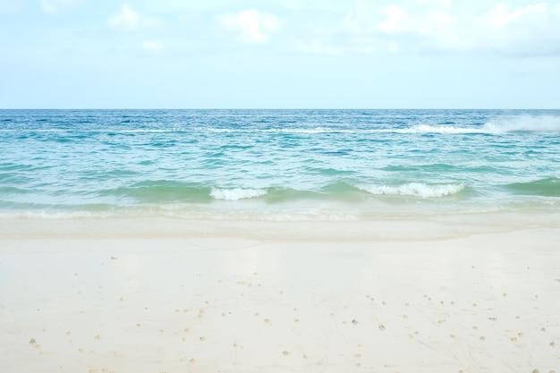 Praia de areia branca na costa com mar azul. oceano em koh larn island em pattaya tailândia. fundo da paisagem da natureza da porta. para o turismo tropical, férias relaxem as viagens de verão nos feriados.