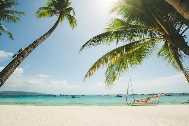 Praia de areia branca perfeita em boracay, filipinas