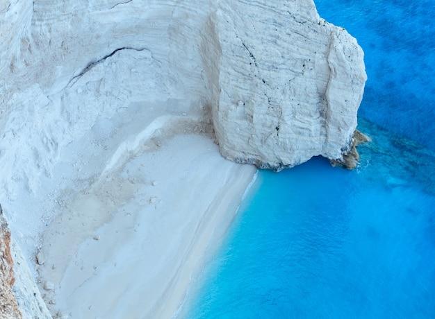 Praia de areia branca perto da baía de navagio (zakynthos, grécia)
