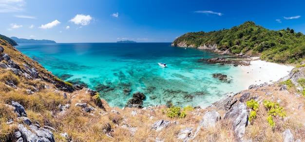 Praia de areia branca tropical aérea