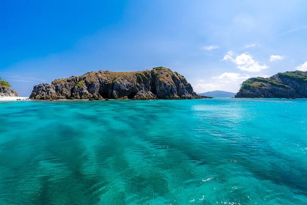 Praia de areia branca tropical