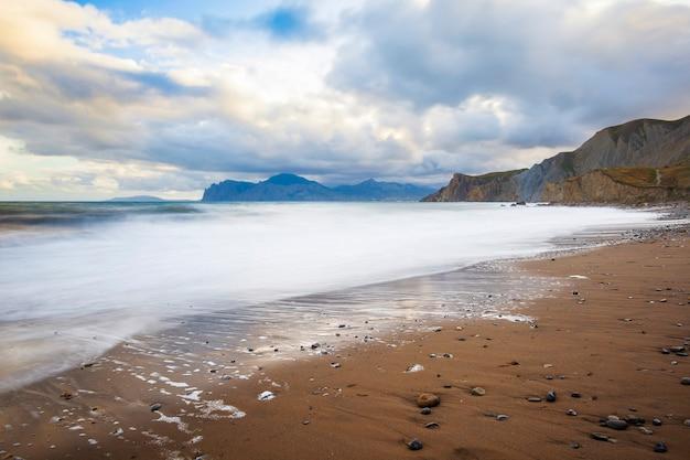 Praia de areia com montanhas no espaço
