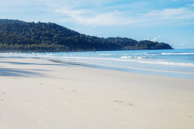 Praia de areia com o céu.