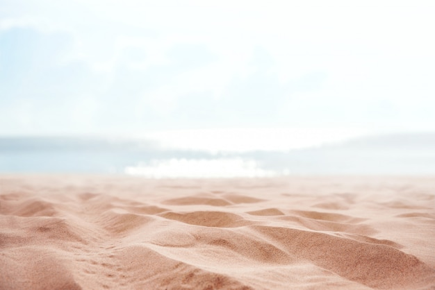 Praia de areia de verão tropical e luz do sol bokeh no mar