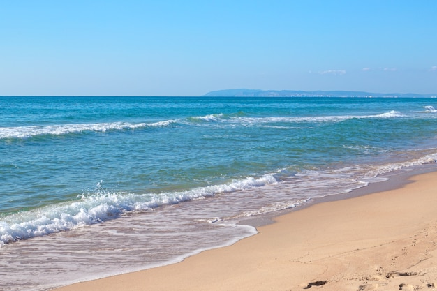 Praia de areia do mar pela manhã. conceito de viagens e turismo.