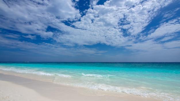Praia de areia do mar viagem fantástica na tailândia