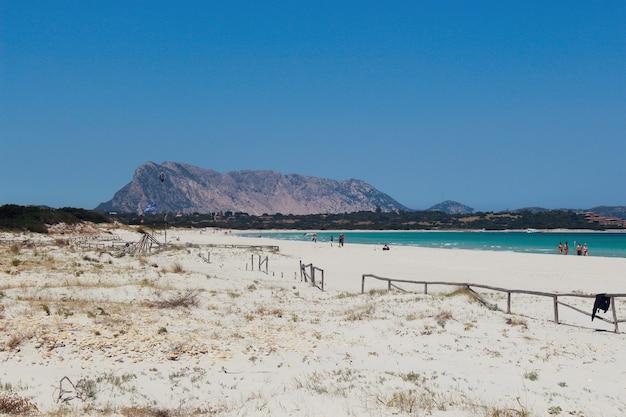 Praia de areia em san teodoro, sardenha e as montanhas